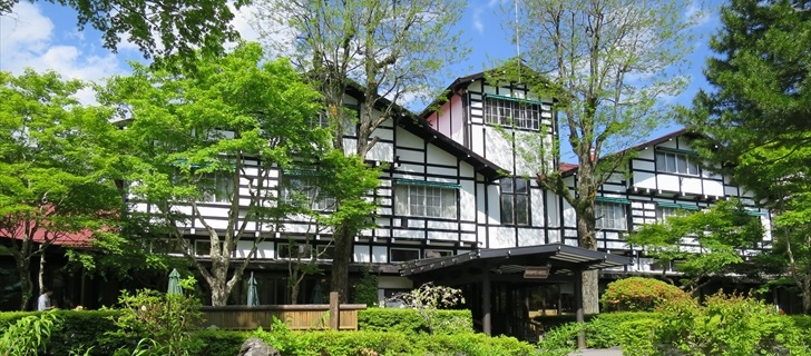 軽井沢の万平ホテルが新緑になっています