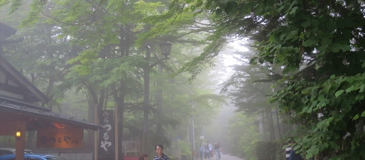 軽井沢つるや旅館が濃霧に包まれています