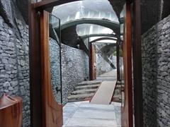 礼拝堂から正面入口へ