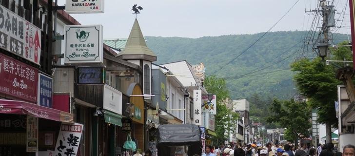 旧軽井沢 銀座通り つる吉 旧軽井沢銀座通りが新緑になっています