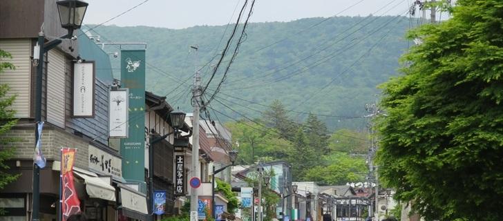 旧軽井沢 銀座通り 土屋写真店 旧軽井沢銀座通りが新緑になっています