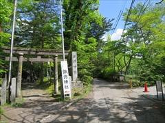 諏訪神社鳥居と公園