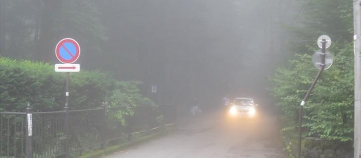 夏の軽井沢は濃霧が発生します、ヘッドライトを点灯して走行