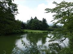 ホテル正面の池