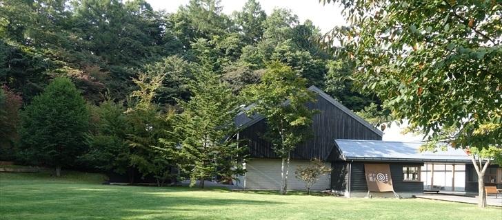 軽井沢星野エリアのトンボの湯が秋の気配に包まれています