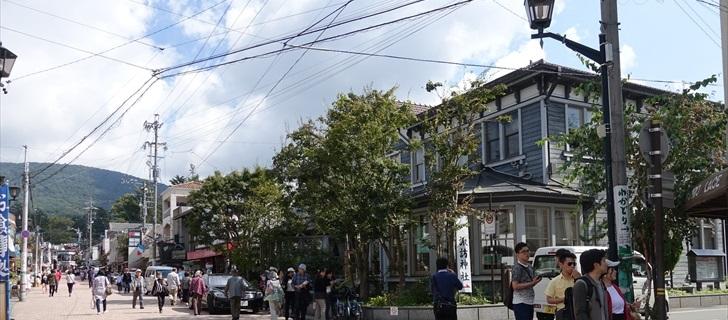旧軽井沢銀座通りの観光会館の木々も少し色付き始めました
